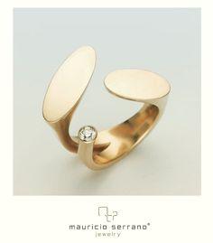 Tres...  número cambiante que significa movimiento. Oro de 18 con diamante. #unaverdaderajoya mauricioserrano.com Diamond Jewelry, Jewelry Rings, Jewelry Accessories, Jewelry Design, Unique Jewelry, Fashion Rings, Fashion Jewelry, Soldering Jewelry, Jewellery Sketches