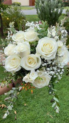 White wedding flowers Vintage Wedding Bouquets, Wedding Flower Bouquets, June Wedding Flowers, Green And White Wedding Flowers, Classic Wedding Flowers, Boquet, Bride Flowers, Bouquet Flowers, Wedding Flower Arrangements