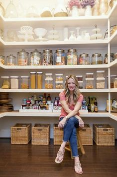 These clever kitchen pantry organization hacks will save your food from the deadline. Get some ideas for your pantry closet organization here. – Experience Of Pantrys Pantry Shelving, Pantry Storage, Kitchen Storage, Shelving Ideas, Bathroom Storage, Pantry Diy, Farmhouse Style Kitchen, Modern Farmhouse Kitchens, Cool Kitchens