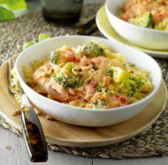 Romige fusilli met broccoli en zalm - Deze pasta is extra lekker met wat verse blaadjes basilicum. #recept #pasta #JumboSupermarkten