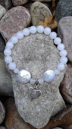 44) Bracelet en jade blanc, 2 perles plates et orné d'un coeur entre 2 pierres de lune de la boutique dBrobijoux sur Etsy