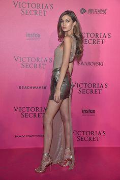 Depois do desfile, a festa continuou fora da passerelle e em pleno Grand Plais. Asmodelos da Victoria's Secret trocaram a lingerie por vestidos de noite e pisaram a pink carpet.