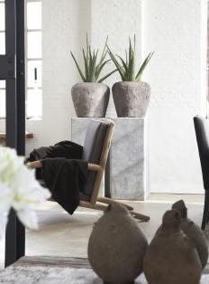 Woonmagazine - betonkleur sokkels en potten met mooie planten