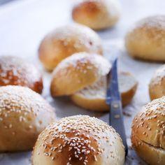 Parhaat hampurilaissämpylät – katso ohje! | Meillä kotona No Salt Recipes, Bread Recipes, Bread Rolls, Daily Bread, Bread Baking, Food Styling, Food Inspiration, Bakery, Snacks