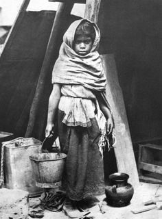 023_Tina Modotti, Bambina che porta acqua, 1928.jpg -