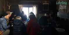 Mittagstisch der Crew in der warmen Bauernstube.  Naja, um ehrlich zu sein: ein Feuerchen im offenen Ofen spendete etwas Wärme. Character, Movie, Lunch Table, Make A Donation, Lettering