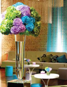 Que tal decorar ambientes e festas com essas lindas flores de papel de seda?  Siga o passo a passo!     Pegue uma folha de papel seda na cor...