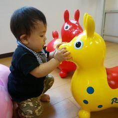 Instagram media 55ayuayu - 2015.6.19 最近、家にいると体力をもて余すので 雨降りでも児童館へ♪  ロディに何か話しかけていました~  #赤ちゃん#生後11ヶ月#男の子#baby#ロディ#55ayuayu#児童館
