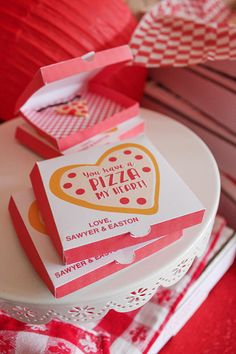 Mini Pizza Box Valentine (with tutorial and free printable!) day party pizza Mini Pizza Box Valentine (with tutorial and free printable!) - Just Add Confetti Valentines Day Pizza, Valentine Day Boxes, Valentines Day Treats, Valentines Day Decorations, Valentines For Kids, Valentine Day Crafts, Printable Valentine, Free Printable Party, Printable Box