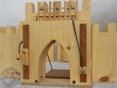 Eine echte Ritterburg! Alle Teile sind aus massivem Holz gefertigt und äußerst robust. Die Türme und Tore sind mit liebevollen und funktionalen Details bestückt. Die Türme haben drei Ebenen mit entsprechenden Zugängen. Das Haupttor hat ein funktionales Fallgitter und eine Zugbrücke die ebenfalls über einen Mechanismus verfügt. Diese Burg ist so konzipiert, dass sie gut mit den Figuren von Lego korrespondiert. Die Burg lässt sich mit all ihren Einzelteilen in verschiedensten Variationen…