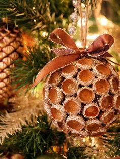 weihnachtsbaumschmuck naturmaterialien eichelkappen goldener glitzer                                                                                                                                                                                 Mehr