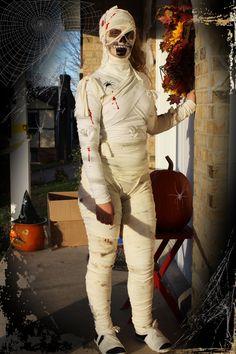 Halloween, DIY mummy costume, costume de momie à faire soi-même. De vieux draps en bandelettes. Mettre un legging blanc dessous ainsi qu'un col roulé blanc.  Enrubannez d'abord le bas du corps, faites le torse, les bras et bien sûr la tête. Des longueurs différentes peuvent faire l'affaire puisque quelques noeuds donne un bel effet grossier! salissez avec ce que vous voulez, un peu de sang et voilà... effrayez le voisinage! Cheap and scary, économique et saisissant…