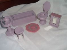 VINTAGE-PURPLE-WOOD-DOLLHOUSE-MINIATURE-BATHROOM-FURNITURE-6-PIECE-SET-GERMANY