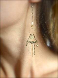 Boucles d'oreille anneau et triangle bronze, franges chaîne bille blanche, doré et bronze