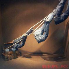escaparate de vaqueros atados a una cuerda