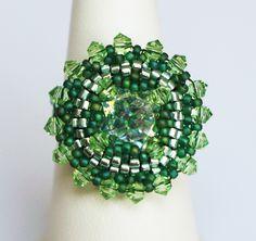 Bague ronde et verte en perles tissées : Bague par lesbijouxdunibou