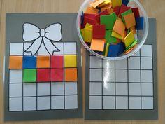 Cadeautjes versieren: vierkante foam op de hokjes leggen *liestr*