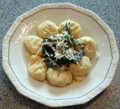 Recept: Gnocchi s medvědím česnekem a sýrem pecorino Gnocchi, Acai Bowl, Risotto, Breakfast, Ethnic Recipes, Food, Acai Berry Bowl, Morning Coffee, Essen