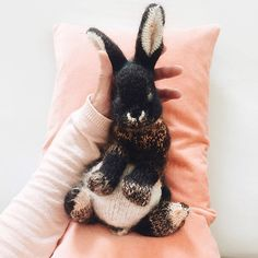 How to knit an easter bunny. Click through for easy step by step tutorial and free knitting patter to make a knitted easter bunny rabbit. Click through to get tips and all the info you need to make your own easter bunny Knitted Bunnies, Knitted Animals, Knitted Stuffed Animals, Dinosaur Stuffed Animal, Animal Knitting Patterns, Crochet Patterns, Knitted Toys Patterns, Crochet Rabbit Free Pattern, Stitch Patterns