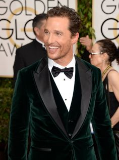 matthew mcconaughey golden globes 2014 with camila alves 05 Matthew McConaughey points to the cameras while hitting the red carpet at the 2014 Golden Globe Awards held at the Beverly Hilton Hotel on Sunday (January in… Matthew Mcconaughey, Tuxedo Wedding, Wedding Suits, Wedding Black, Velvet Dinner Jacket, Velvet Suit Jacket Mens, Tuxedo Jacket, Look Fashion, Mens Fashion