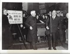"""""""LaGuardia"""" – der Name ist vielen Manhattan-Reisenden als einer der Flughäfen von New York geläufig. Benannt wurde dieser Flughafen, nach Fiorello LaGuardia, Bürgermeister von New York City in den Jahren 1934 bis 1945. Er genoss extrem hohes Ansehen bei den Bürgern (https://de.wikipedia.org/wiki/Fiorello_LaGuardia). Er war zudem ein Unterstützer der Heilsarmee und nahm, wie hier zu sehen, persönlich an der jährlichen Weihnachtssammlung teil."""
