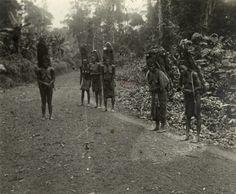 Femmes (Fang) avec leur chargement sur le dos / non identifié (1900/1910)
