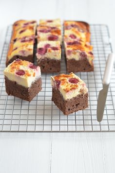 Brownies with raspberry cheesecake topping