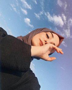 girl, حجاب, and hijab image Modern Hijab Fashion, Street Hijab Fashion, Hijab Fashion Inspiration, Muslim Fashion, Portrait Photography Poses, Photography Poses Women, Hijabi Girl, Girl Hijab, Arab Girls Hijab
