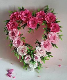 I really like the ombré look on this Rose Heart Wreath! Valentine Day Wreaths, Valentine Decorations, Valentines Day, Homemade Valentines, Valentine Ideas, Valentine Crafts, Arreglos Ikebana, Deco Floral, Heart Wreath