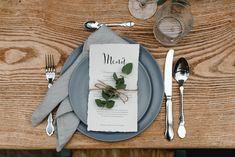 Wedding Style Shooting wedding table menu Wedding Planner: One Day Photographer: Hannah & René Make-up Artist: MINI Make-up Artist Wedding Shoot, Wedding Table, Wedding Styles, Wedding Planner, Menu, Table Decorations, Tableware, Artist, Green