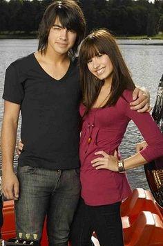 Awwww, look how cute they both are, joe Jonas and Demi Lovato