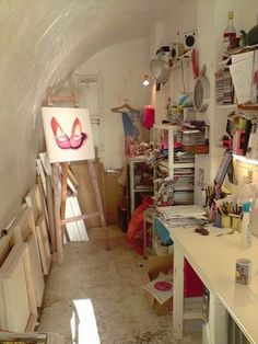Cool little studio. http://4.bp.blogspot.com/_RBbjZji1Qp0/SXj1If7kycI/AAAAAAAAAfE/9loJHDZclZY/s400/3021934329_13c61c350a.jpg