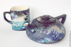 Обычно, космос рисуют акварелью, ведь это действительно очень удобно: краски самостоятельно смешиваются в причудливые космические туманности без особых усилий со стороны. Но что делать, если модным нынче изображением галактики хочется покрыть совершенно непредназначенные для акварели вещи? Керамика, дерево и многие другие материалы попросту впитывают акварель, оставляя тол…