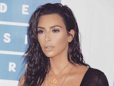 Para Kim Kardashian elmaquillaje es un aspecto muy importante en el día a día y es que para Kim es imprescindible llevar un make up perfecto. Su estilista aprovechó elbronceado veraniego de la reina del realitypara usar el mínimo maquillaje posible y potenciar un dorado de lo más natural. Para ello apostó por un maquillaje …