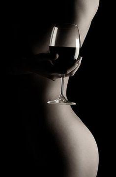 Vin + Femme = difficultés croisées pour bien éclairer les 2 : 1 seule source ici (boita à lumière à droite), simple & efficace ! #artnude #studio #redwine