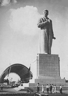 Москва  Монумент И. В. Сталина на территории ВСХВ    Скульптор - С. Д. Меркуров (1939 г.)