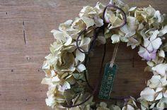 たっぷりのアンティーク感の強いアジサイと少しのオレガノだけでシンプルに制作しました。すべて天然色のため日を追うごとにより深い味わいに変化してゆきます。軽量なので場所を選ばずどこにでもお飾りいただけます。サイズ 直径 約23cm花や葉等がポロポロと落ちるこ...