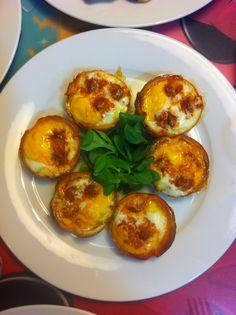 Tartaletas de chistorra y huevo con masa brise.