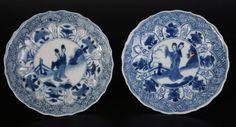 Juego de antiguos platos en azul y blanco con figuras femeninas estilizadas…