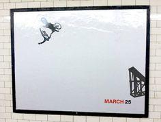 El próximo 25 de marzo se estrena en Estados Unidos la nueva temporada de la serie televisiva Mad Men, ambientada en el mundo de la publicidad en los años 60. Y para calentar motores, la cadena AMC ha empapelado el metro de Nueva York con una lacónica pero original campaña de publicidad exterior.    Los carteles de la campaña son murales en blanco con dos únicos elementos: la silueta de un hombre cayendo y una fecha: 25 de marzo.    El objetivo de la campaña es alentar la imaginación de los…