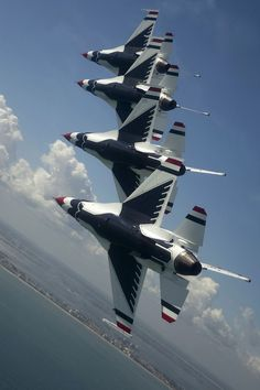 USAF Thunderbird demo team of Military Jets, Military Aircraft, Fighter Aircraft, Fighter Jets, Photo Avion, F 16 Falcon, Blue Angels, Jet Plane, Jets