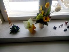 Pääsiäinen ikkuna laudalla.