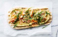 Lohi-avokadohummus flatbread/Flat bread with salmon and avocado hummus, Kotiliesi. Avocado Hummus, Vegetable Pizza, Salmon, Flat Bread, Vegetables, Recipes, Recipies, Vegetable Recipes, Atlantic Salmon