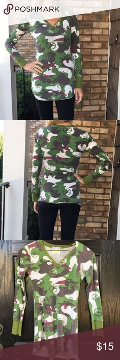Long sleeve camo top In used condition with no rips or stains. Some fading. Designer is Scanty. Fitted and tunic length. Looks great with skinny jeans and boots. 100% cotton. Thanks for looking.💕 Scanty Tops Tees - Long Sleeve