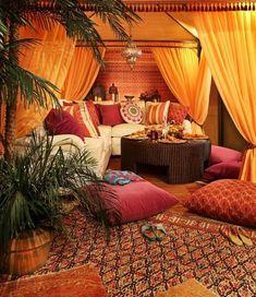 deco boheme, tapis ethnique, coussins décoratifs, table ronde, rideaux longs orange