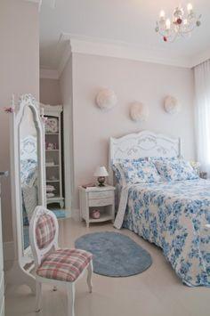 """O único quarto já repaginado na residência é o dos hóspedes, projetado em estilo provençal. """"Colcha, tapetes e a decoração seguem estilo bem..."""