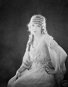 Mary Pickford, the first and perhaps greatest silent movie star. Belle Epoque, Classic Hollywood, Old Hollywood, Hollywood Jewelry, Hollywood Stars, Santa Monica, Pictures Of Mary, Douglas Fairbanks, Mary Pickford