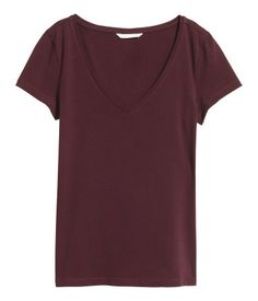 425156b3 Burgundy. Fitted top in cotton jersey with a V-neck and short sleeves.