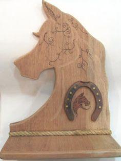 Ateliê Le Mimo: PRATELEIRAS Cavalo com ferradura Peça em madeira