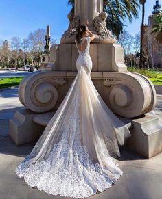 Vestido lindo! Quem não adoraria este para o seu dia do casamento. Vestido por TM Crystal Design